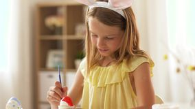 在家上色复活节彩蛋的愉快的女孩 股票录像