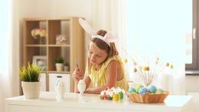 在家上色复活节彩蛋的愉快的女孩 影视素材