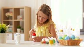 在家上色复活节彩蛋的愉快的女孩 股票视频