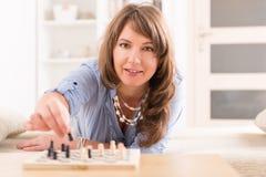 在家下棋的妇女 免版税库存照片