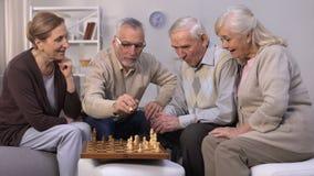 在家下棋的资深朋友,悠闲时间在好公司,统一性中 影视素材