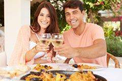 在家享受室外膳食的西班牙夫妇一起 库存照片