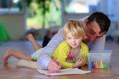在家享受家庭时间的父亲和女儿 免版税库存照片