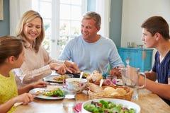 在家享受膳食的家庭一起 图库摄影