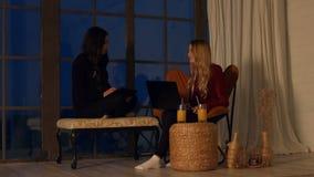 在家休息与设备的快乐的妇女 股票录像