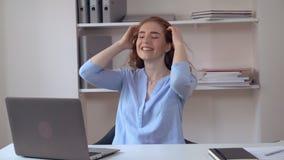 在家休息办公室的红头发人女性 影视素材