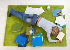 在家休眠的大学生 免版税图库摄影