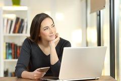 在家作梦使用多个设备的妇女 免版税库存照片