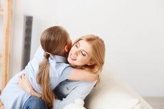 在家使用与她的女儿的母亲 免版税库存图片