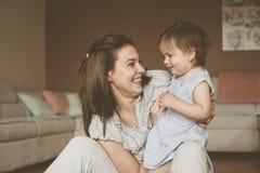 在家使用与她的小婴孩的单亲母亲 库存图片