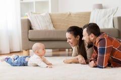 在家使用与婴孩的愉快的家庭 免版税库存图片