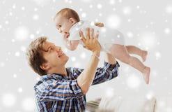 在家使用与婴孩的愉快的年轻父亲 免版税库存图片