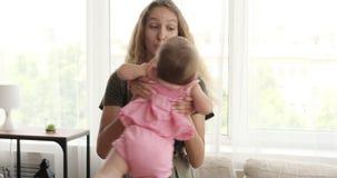 在家使用与小姐妹的青少年的女孩 股票视频