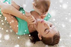 在家使用与小婴孩的愉快的母亲 库存照片