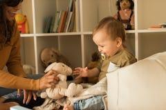 在家使用与小孩的母亲 免版税库存图片