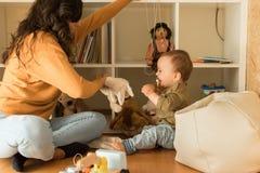 在家使用与小孩的母亲 免版税库存照片