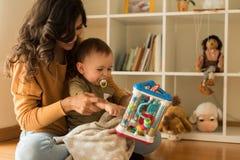 在家使用与小孩的母亲 库存图片