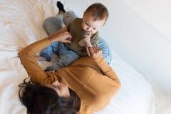 在家使用与小孩的母亲 免版税图库摄影