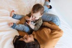 在家使用与小孩的母亲 库存照片
