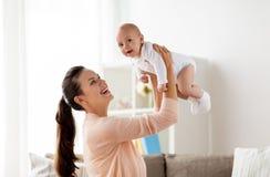 在家使用与小男婴的愉快的母亲 库存照片