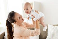 在家使用与小男婴的愉快的母亲 免版税库存图片