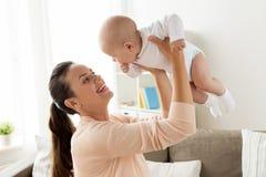 在家使用与小男婴的愉快的母亲 免版税库存照片
