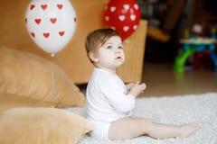 在家使用与教育玩具或托儿所的可爱的逗人喜爱的美丽的矮小的女婴 免版税图库摄影