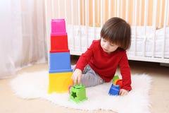 在家使用与教育玩具的小男孩 免版税库存照片