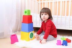 2年在家使用与教育玩具的男孩 免版税图库摄影