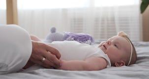 在家使用与新出生的女儿的母亲 股票录像