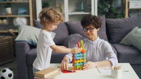 在家使用与明亮的建筑块的幸福家庭母亲和儿子 影视素材