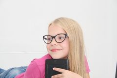 在家使用与片剂、膝上型计算机和电话的小孩 图库摄影