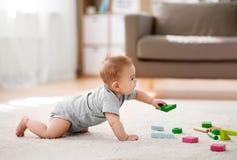 在家使用与玩具块的亚裔男婴 库存照片