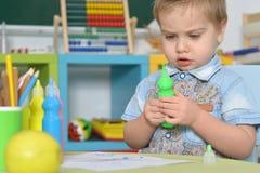 在家使用与玩具或幼儿园的小男孩 库存照片