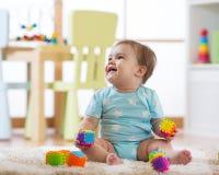 在家使用与玩具或幼儿园的男婴 免版税库存照片