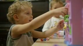 在家使用与玩具房子的小男孩 股票视频