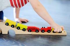 在家使用与玩具木火车的小孩男孩 免版税库存图片