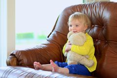 在家使用与玩具熊的逗人喜爱的学龄前儿童女孩 免版税库存图片