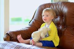 在家使用与玩具熊的逗人喜爱的学龄前儿童女孩 库存图片