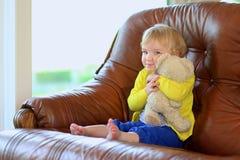 在家使用与玩具熊的逗人喜爱的学龄前儿童女孩 图库摄影