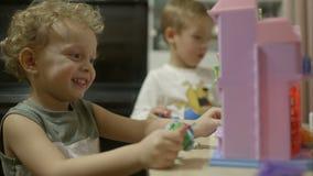 在家使用与玩具的两个小男孩 股票录像