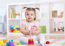在家使用与玩具的儿童女孩 库存图片