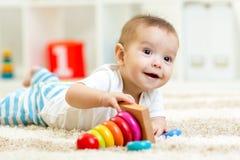 在家使用与玩具的儿童男孩 库存照片