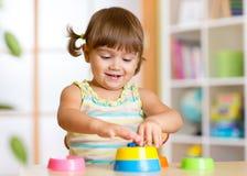 在家使用与玩具的孩子小女孩 库存照片