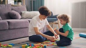 在家使用与玩具的幸福家庭妈妈和孩子一起坐地板 影视素材