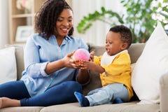 在家使用与球的母亲和婴孩 库存图片