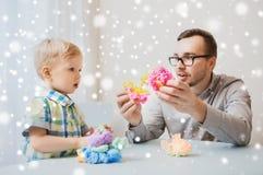 在家使用与球黏土的父亲和儿子 免版税库存照片