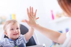 在家使用与男婴的愉快的母亲 免版税库存图片