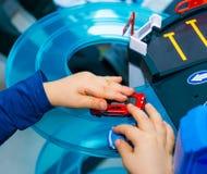 在家使用与葡萄酒玩具汽车的年轻男孩 选择聚焦在手边男孩和玩具 图库摄影