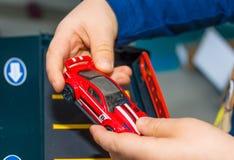 在家使用与葡萄酒玩具汽车的年轻男孩 选择聚焦在手边男孩和玩具 免版税图库摄影